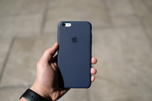 Review Apple Midnight Blue Silicone Case 3