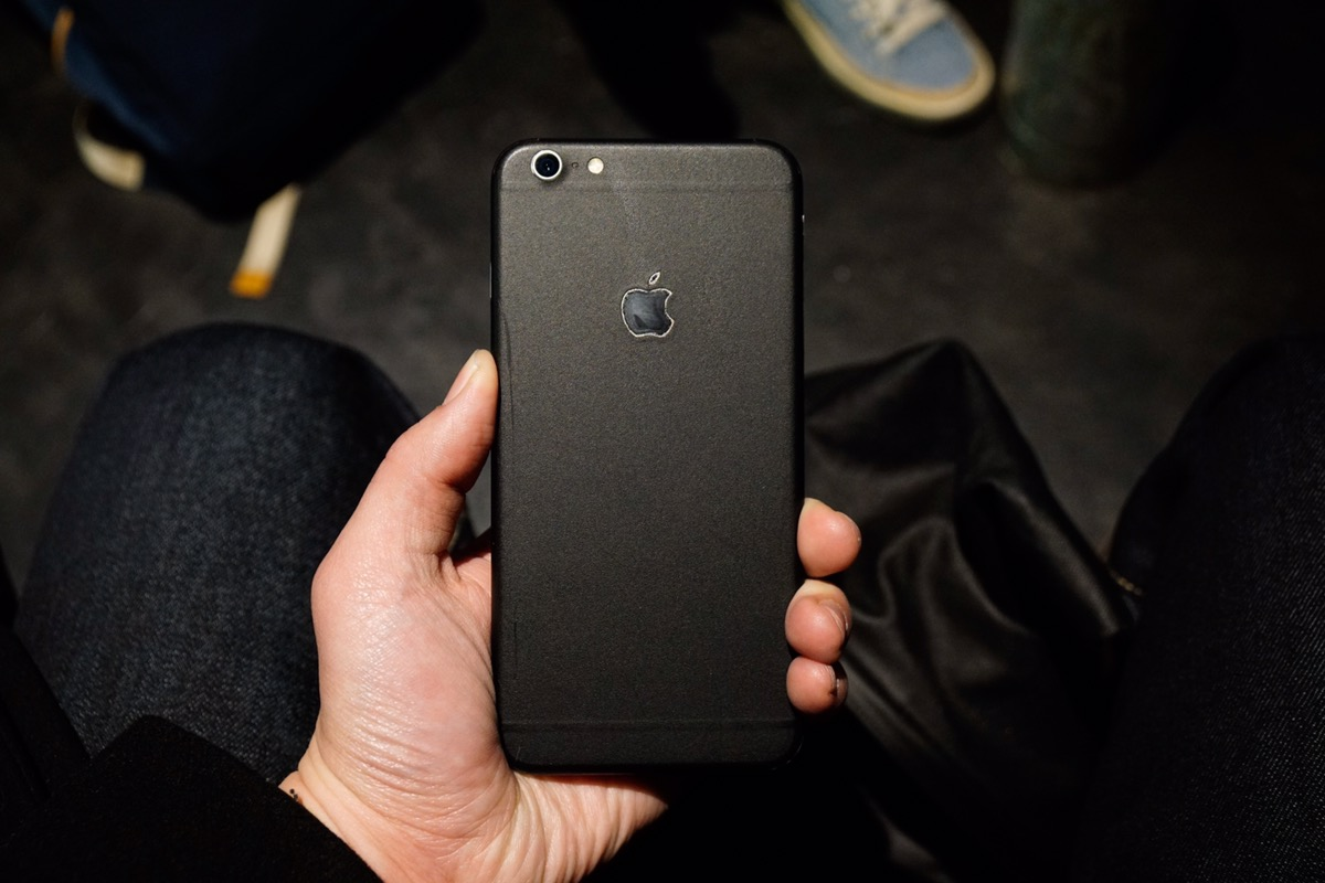quick look dbrand iphone 6s skin in matte black ipad insight. Black Bedroom Furniture Sets. Home Design Ideas